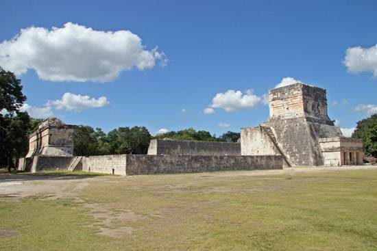 great-ball-court-and-the-temple-of-jaguars