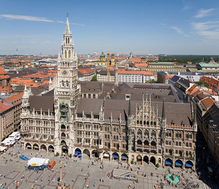696px-Rathaus_and_Marienplatz_from_Peterskirche_-_August_2006 - Copy