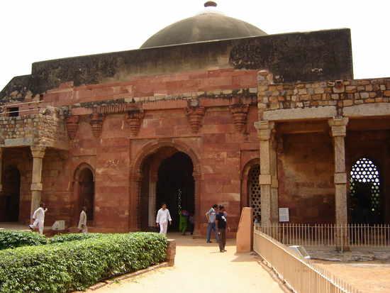 Indo-Islamic architecture Quwwat Ul Islam Mosque