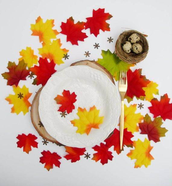 decorative-autumn-table-leaves