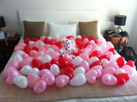 Beautiful bedroom decorating ideas for valentine s day for Valentine s day bed decoration