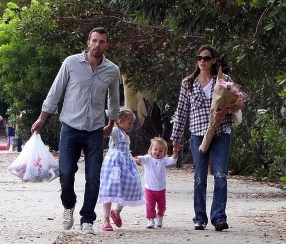 Ben Affleck And Jennifer Garner Take Their Kids Violet Anne Affleck and Seraphina Rose Elizabeth Affleck To The Farmers Market