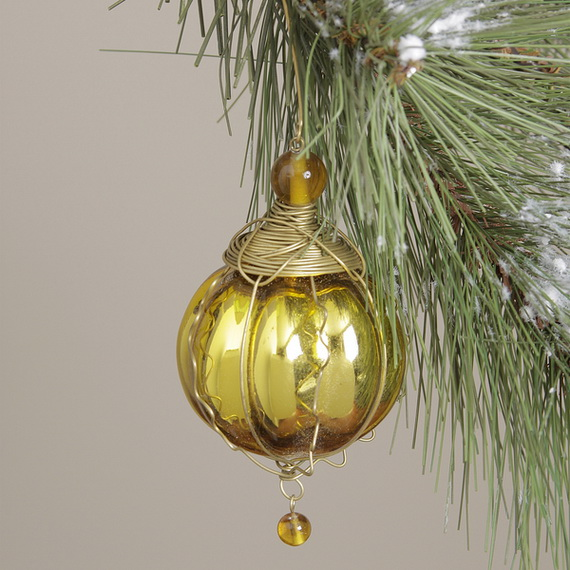 Splendid Ideas For Christmas Tree Decoration With Silver And Gold Ornaments_33
