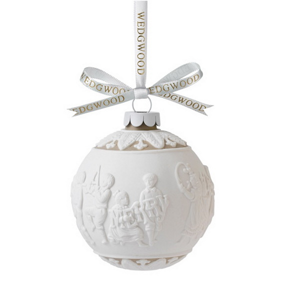 Splendid Ideas For Christmas Tree Decoration With Silver And Gold Ornaments_56