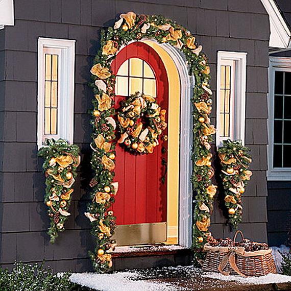Fresh Festive Christmas Entryway Decorating Ideas_20