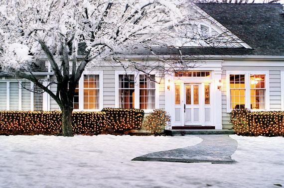 Fresh Festive Christmas Entryway Decorating Ideas_28