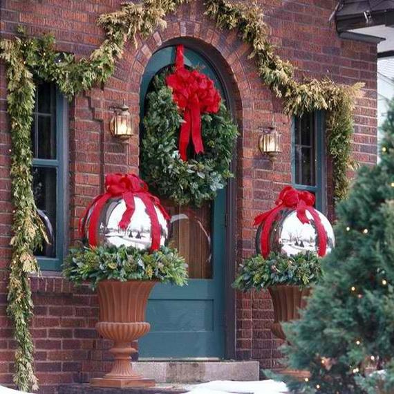 Fresh Festive Christmas Entryway Decorating Ideas_38