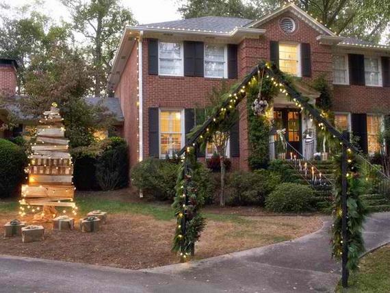Fresh Festive Christmas Entryway Decorating Ideas_40