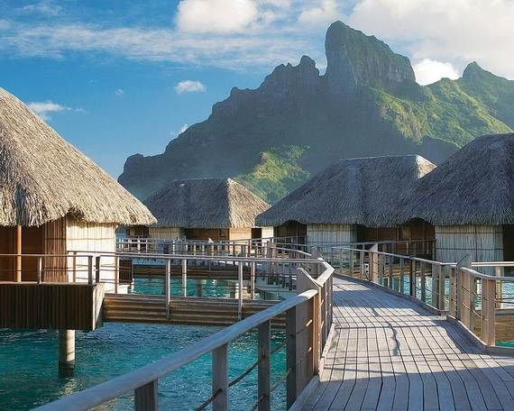 Dream vacation best overwater bungalows in tahiti le for Honeymoon huts over water