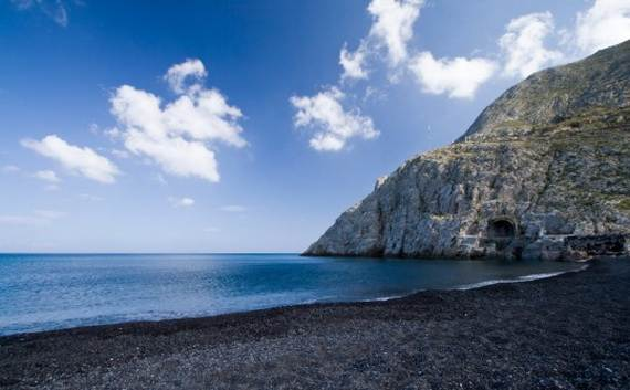 The-Stunning-Santorini-Island-Greece-_Perissa-Beach_2