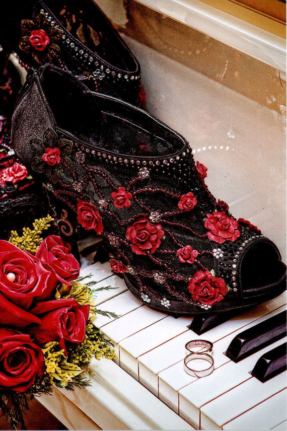 Gorgeous Halloween Wedding Shoes Inspirations For a Spooky Big Day_21