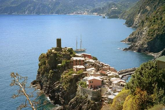Explore-Stunning-The-Cinque-Terre-town-Of-Vernazza-On-The-Italian-Riviera-1