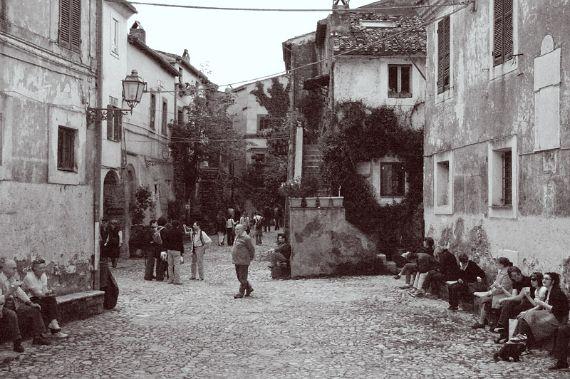 Calcata A Precarious Small Town In Italy (3)