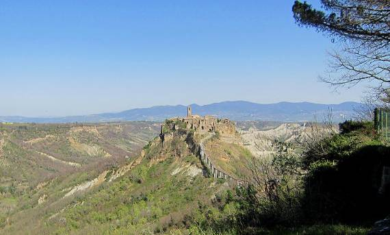 italys-civita-di-bagnoregio-jewel-on-the-hill-11