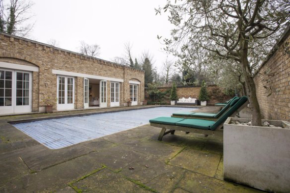 An Elegant and Spacious Apartment  in Chiswick London (27)