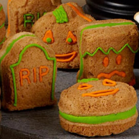 Fun And Simple Ideas For Decorating Halloween Cupcakes (1)