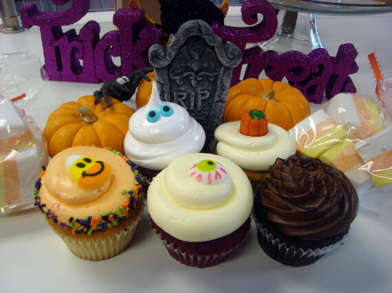 Fun And Simple Ideas For Decorating Halloween Cupcakes (17)