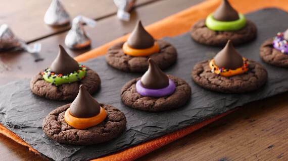Fun And Simple Ideas For Decorating Halloween Cupcakes (24)