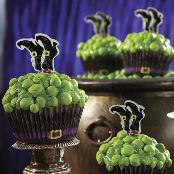 Fun And Simple Ideas For Decorating Halloween Cupcakes (37)