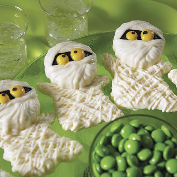 Fun And Simple Ideas For Decorating Halloween Cupcakes (40)