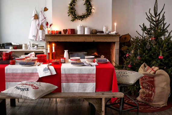 Christmas Dining Table Decor In Red And White (5)