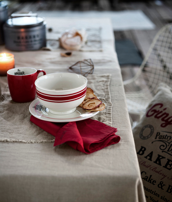 Christmas Dining Table Decor In Red And White (7)