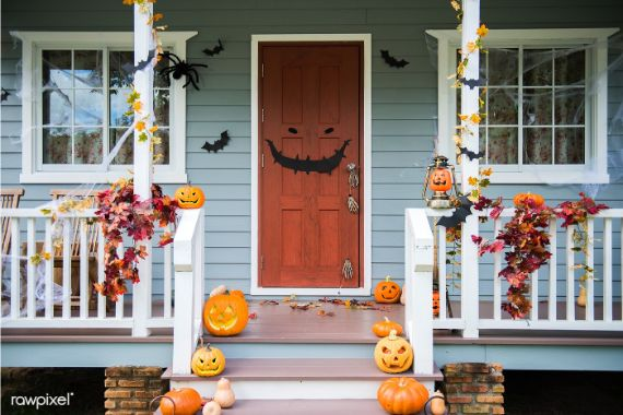 Halloween-pumpkins-and-decorations-outside-a-house