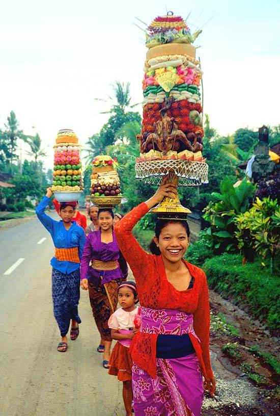 Indonesia_Bali_Women_Fruit