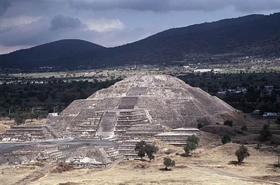 pyramid-moon