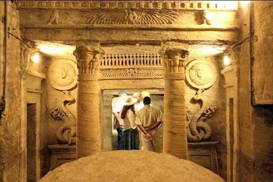 kom-el-shoqafa-catacombs-021