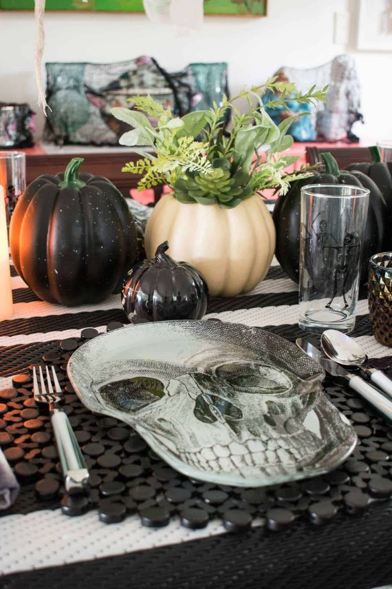 SPOOKY BLACK AND WHITE HALLOWEEN TABLESCAPE