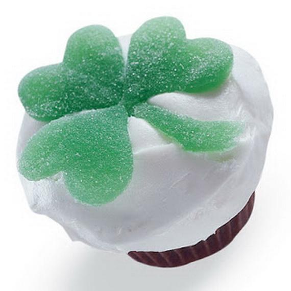 shamrock-cupcakes-st-patricks-day-recipe-photo-420-FF0304ALMAA02[1]_resize