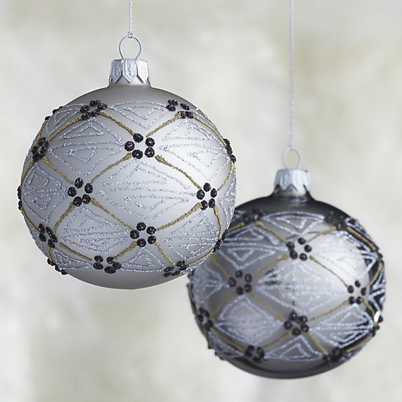 Splendid Ideas For Christmas Tree Decoration With Silver And Gold Ornaments_38