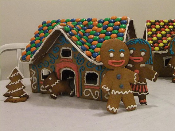 Amazing Traditional Christmas Gingerbread Houses_39