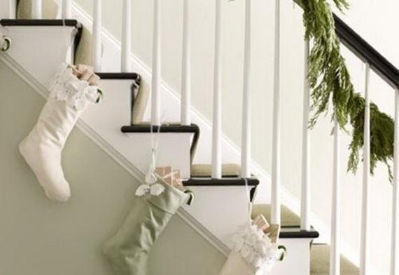 Fresh Festive Christmas Entryway Decorating Ideas_19
