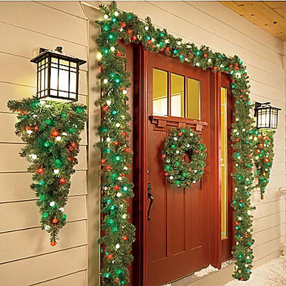 Fresh Festive Christmas Entryway Decorating Ideas_22