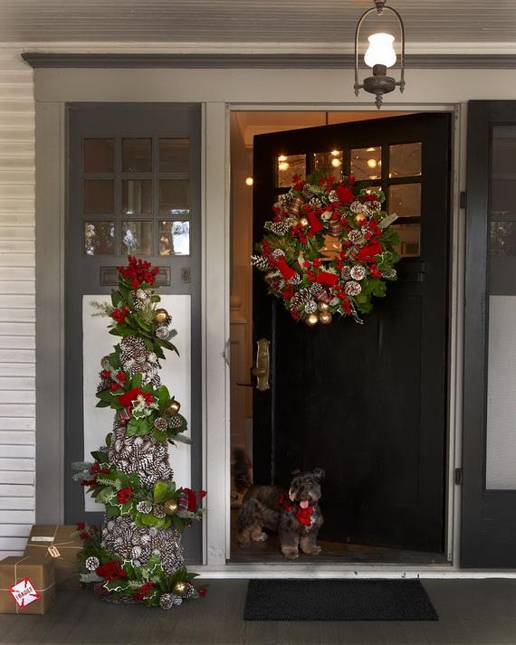 Fresh Festive Christmas Entryway Decorating Ideas_25