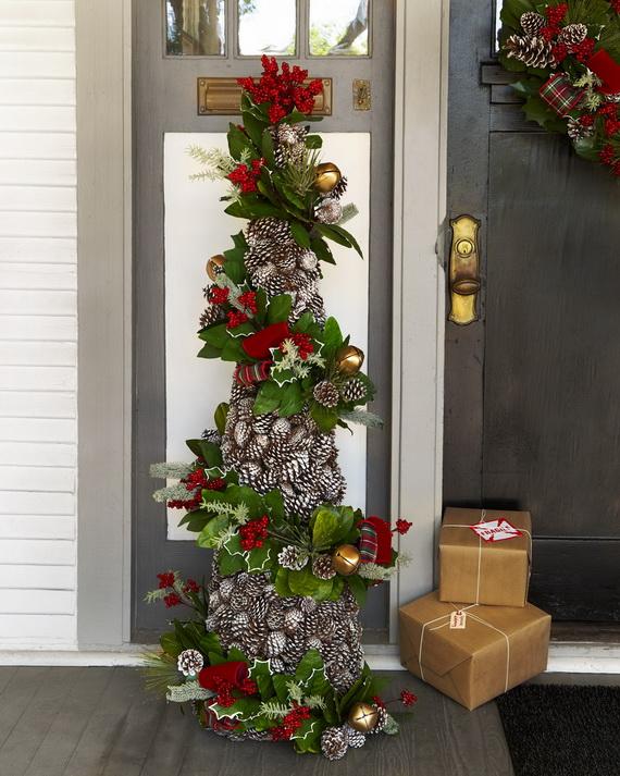 Fresh Festive Christmas Entryway Decorating Ideas_27