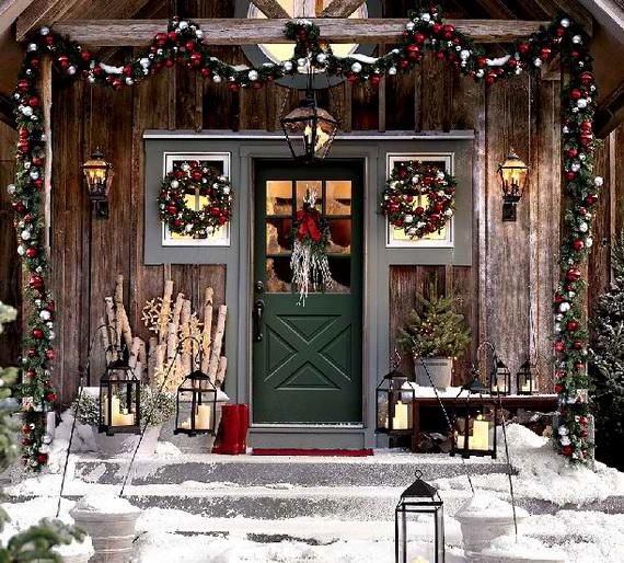 Fresh Festive Christmas Entryway Decorating Ideas_36