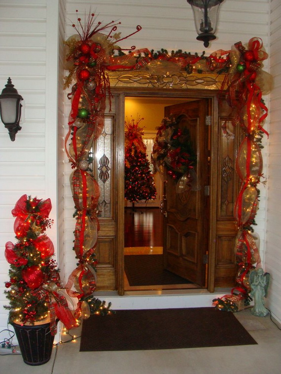 Fresh Festive Christmas Entryway Decorating Ideas_37