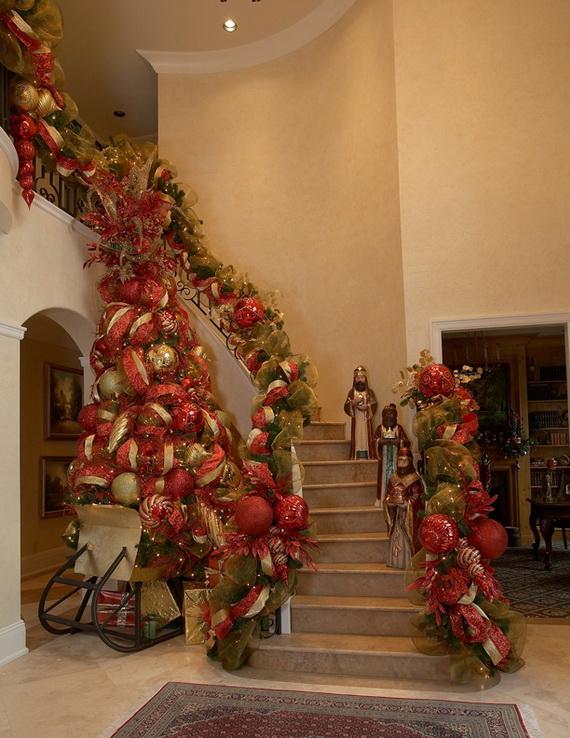 Fresh Festive Christmas Entryway Decorating Ideas_45