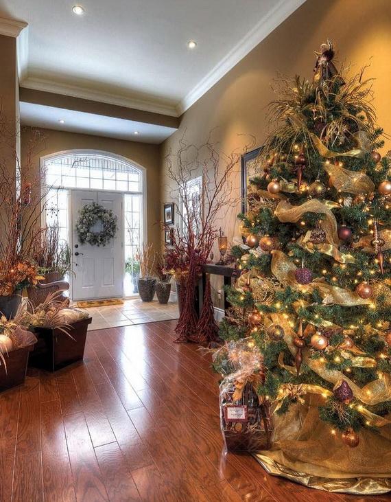 Fresh Festive Christmas Entryway Decorating Ideas_49