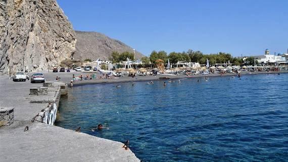 The-Stunning-Santorini-Island-Greece-_Perissa-Beach_4