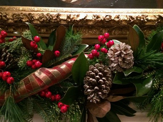 35 Gorgeous Holiday Mantel Decorating Ideas with Pine cones_22