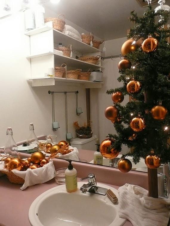 Festive Bathroom Decorating Ideas For Christmas 43