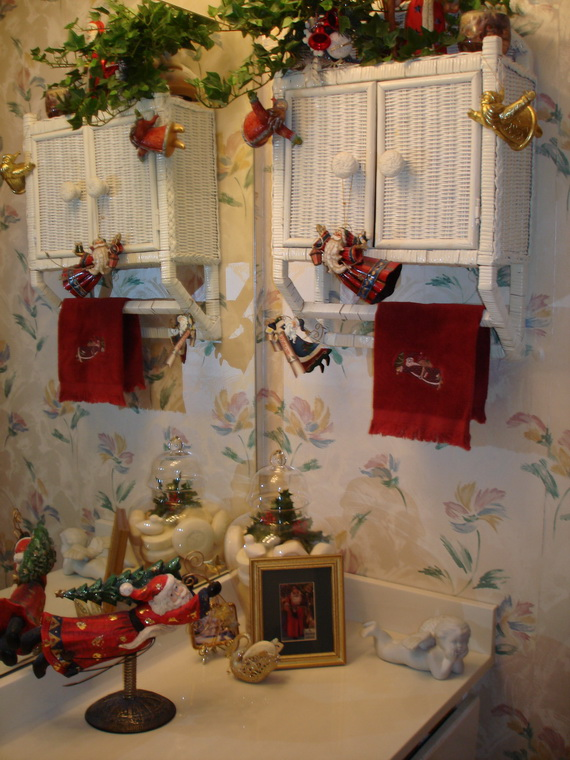 Festive Bathroom Decorating Ideas For Christmas 44