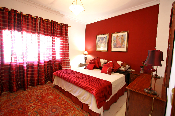 Hot Valentine Room Designs in Rich and Energetic Red Colors   (29)