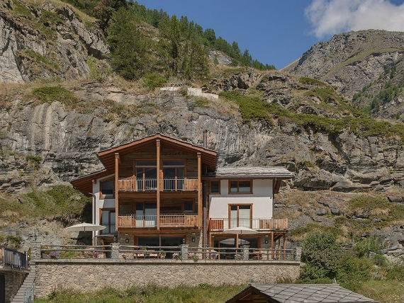 chalet-ibron-luxury-ski-paradise-in-swiss-alps-11