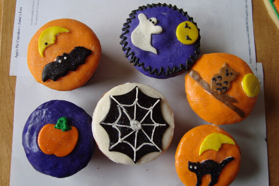 Fun And Simple Ideas For Decorating Halloween Cupcakes (14)