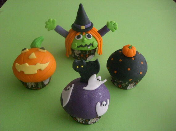 Fun And Simple Ideas For Decorating Halloween Cupcakes (15)
